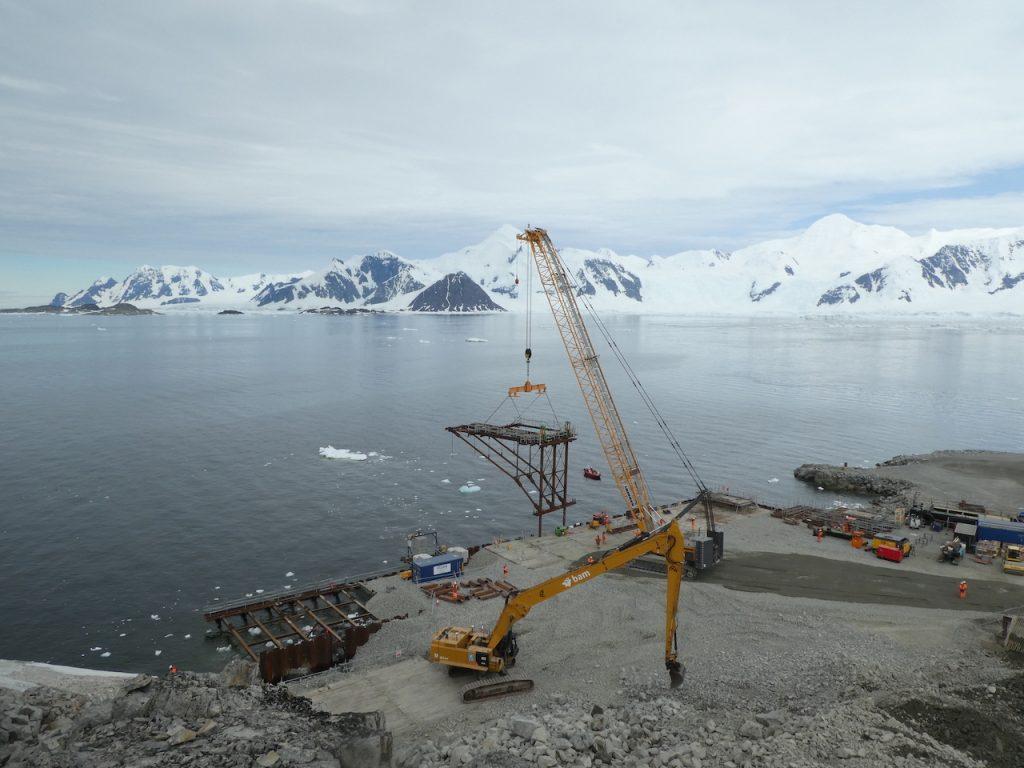 Caldwell adjustable spreader beam lifts Rothera wharf frames in Antarctica